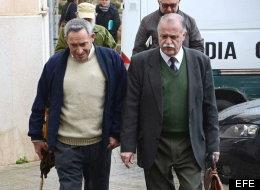 Pere Barceló Rigo, a la izquierda, acompañado de su abogado