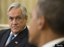 El presidente de Chile, Sebastián Piñera violó el protocolo presidencial y se sentó para una foto en el escritorio histórico del Presidente Barack Obama