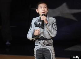 Sebastián de la Cruz de 11 años cantó el Himno Nacional antes de iniciar el juego entre el Miami Heat y San Antonio Spurs.