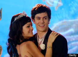 Seth and Summer, prom king and queen. (Still from