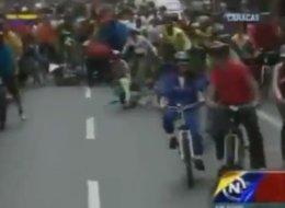 Nicolás Maduro se cae de bicicleta. La televisora estatal venezolana desvió el foco de las imágenes para tratar de obviar el momento.