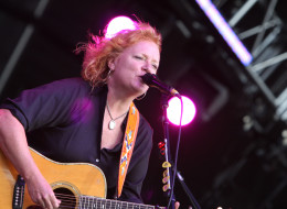 Indigo Girls' Emily Saliers performing on stage (Photo by GNA/Redferns)