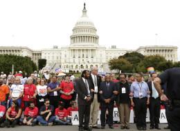 De izq., los congresistas Al Gray (D-TX), Joseph Crowley (D-NY), John Lewis (D-GA), Raul Grijalva (D-AZ) y Keith Ellison (D-MN), entre otros, arrestados en el Capitolio por desobediencia civil