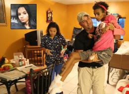 Linda Pérez, de 18 años, quedó en coma por una cirugía de aumento de senos. Su papá, Fernando Izquierdo, la carga y la auxilia en todo momento. (Crédito: Getty vía The Miami Herald)
