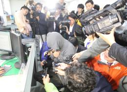 세월호 선장을 둘러싼 취재진 / 연합뉴스