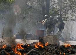 Plusieurs morts dans des affrontements à l'Est de l'Ukraine / Des soldats ukrainiens sur un checkpoint abandonné par les séparastistes, aux abords de Slaviansk, le 24 avril 2014
