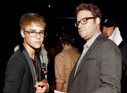 LOS ANGELES, CA - AUGUST 28:  Singer Justin Bieber (L) and actor Seth Rogen arrive at the 2011 MTV Video Music Awards at Nokia Theatre L.A. LIVE on August 28, 2011 in Los Angeles, California.  (Photo by Christopher Polk/Getty Images)