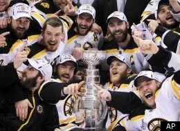 The Boston Bruins pose for a photograph with the Stanley Cup following their 4-0 win over the Vancouver Canucks in Game 7 of the NHL hockey Stanley Cup Finals on Wednesday, June 15, 2011, in Vancouver, British Columbia. (Foto:The Canadian Press, Jonathan Hayward/AP/dapd) Foto: Jonathan Hayward/The Canadian Press/dapd