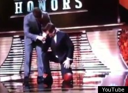 Alec Baldwin got a little help when he tried Tebowing during 'NFL Honors;