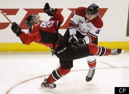 Le défenseur des Winterhawks de Portland Derrick Pouliot met en échec Danill Zharkov, des Cherry's (THE CANADIAN PRESS/Jeff Bassett).