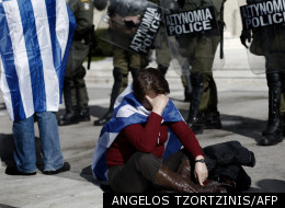 Une femme devant le parlement grec à Athènes, le 11 février 2012