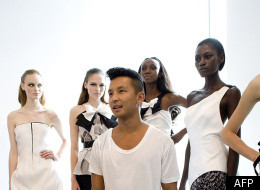 Le designer népalais Prabal Gurun pose avec ses mannequins, lors de la présentation de sa collection Été 2010 à New York