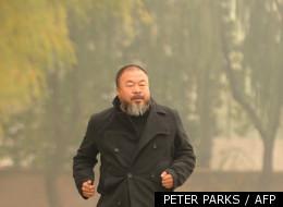 Ai Weiwei s'échauffe dans un parc àPékin, en novembre 2011