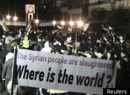 Des manifestants syriens à Homs, brandissant