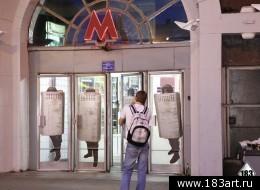 Portraits d'OMON (policiers anti-émeute) par P183, placardés sur les portes du métro de Moscou