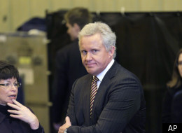 GE CEO Jeffrey Immelt, center, speaks with White House senior adviser Valerie Jarrett, left, as President Barack Obama, not shown, greeted workers at the GE plant in Schenectady, N.Y., Friday, Jan. 21, 2011. (AP)