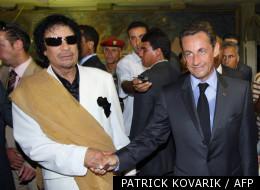 Nicolas Sarkozy serrant la main du dirigeant libyen Mouammar Kadhafi lors d'une visite officielle le 25 juillet 2007 à Tripoli