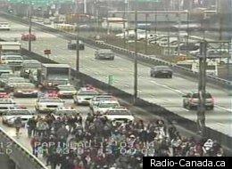 Une centaine d'étudiants en grève ont bloqué l'autoroute 40 ouest, à la hauteur de Christophe-Colomb, à Montréal. (Transports Québec)