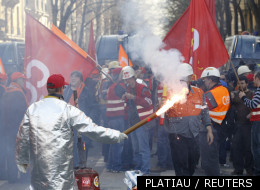 Les métallos d'ArcelorMittal devant le QG de campagne de Sarkozy à Paris le 15 mars 2012