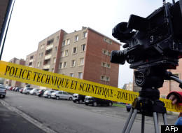 Une policière au balcon de l'appartement où se terrait Mohamed Merah, vendredi 23 mars 2012