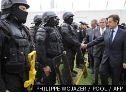 Nicolas Sarkozy saluant un escadron anti-émeutes, le 13 septembre dernier