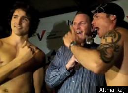 Justin Trudeau et Patrick Brazeau ont laissé tombé la pudeur lors de la pesée. (Le HuffPost/Althia Raj)