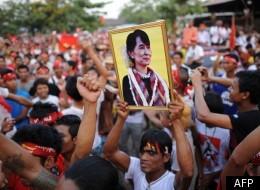 Aung San Suu Kyi, sur une affiche tenue par l'un de ses fans. (AFP)