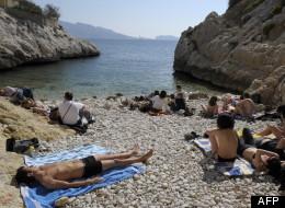 Des baigneurs profitent du beau temps dans une calanque de Marseille, le 22 mars 2009