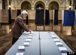 Une dame s'apprête à aller voter, à Lyon, en France, le 22 avril 2012.