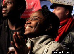 Une jeune femme ravie du score de François Hollande rue de Solférino, au siège du PS