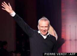 Le designer français Jean Paul Gaultier salue le public après son défilé en 2012 à Paris.