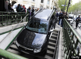 The car get stuck in the entrance when the driver mistook it for a Metro entrance