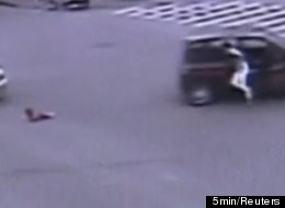 A father in the Chinese city of Wenzhou recently jumped from his car when his four-year-old daughter accidentally fell out in the middle of an intersection.