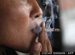 Un homme fume le 7 avril 2012 à Jakarta