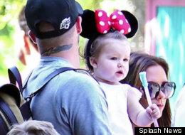 La familia Beckham, Victoria, David y la pequeña Harper, disfrutan su paseo en Disneyland