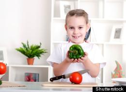Los niños que ayudan a sus padres en la cocina prefieren alimentos más saludables.