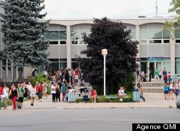 C'est par une forte proportion que les étudiants du Cégep Marie-Victorin à Montréal-Nord, on voté en faveur du retour en classe cette semaine. Sur la photo, les étudiants à la sortie de leur assemblée ce lundi 13 août 2012. (MICHEL DESBIENS/AGENCE QMI)