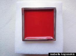 l'épinglette rouge portée par Françoise David