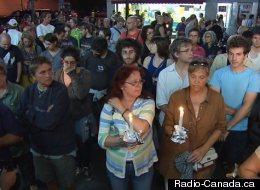 Les participants rassemblés devant le Métropolis au soir du drame. (Radio-Canada.ca)