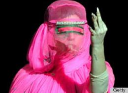 Lady Gaga participa en pasarela de la Semana de la Moda en Londres.