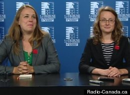 Martine Desjardins et Éliane Laberge, respectivement présidente de la Fédération étudiante universitaire du Québec et de la Fédération étudiante collégiale du Québec, salue la décision du gouvernement Marois d'annuler la hausse des droits de scolarité. (Radio-Canada.ca)