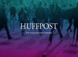 El artículo fue acompañado de fotos recientes en las que se le ve al aire libre y de pie apoyado en un bastón.