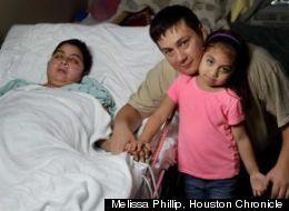 En la foto de Houston Chronicle el esposo Luis Aguillón junto a la hija de ambos, Melissa Aguillón, de 4 años de edad.