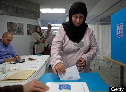 Una mujer deposita su voto durante las elecciones generales de Israel.